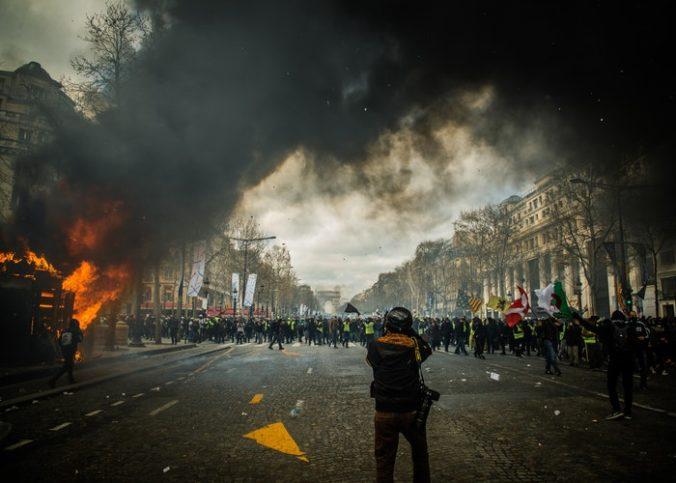 scène de chaos sur les Champs Elysées