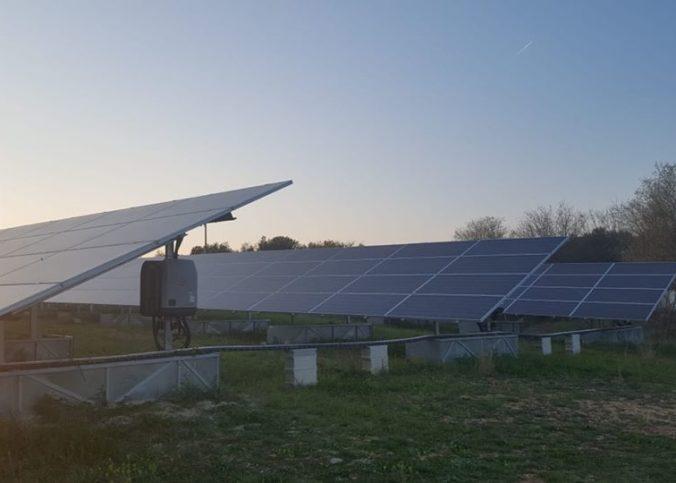 Des panneaux photovoltaïques du parc solaire citoyen d'Aubais