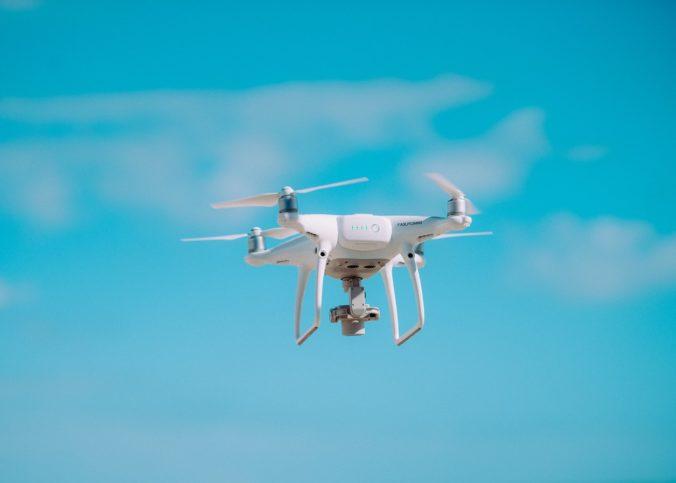 Un drone en vol stationnaire