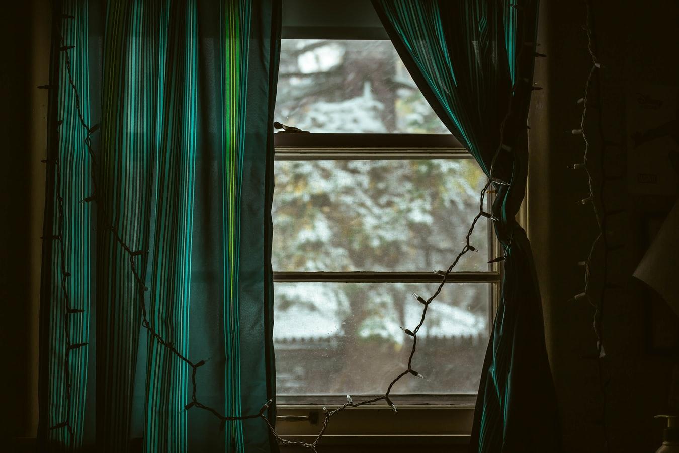 Un rideau de fenêtre ouvrant sur la nature