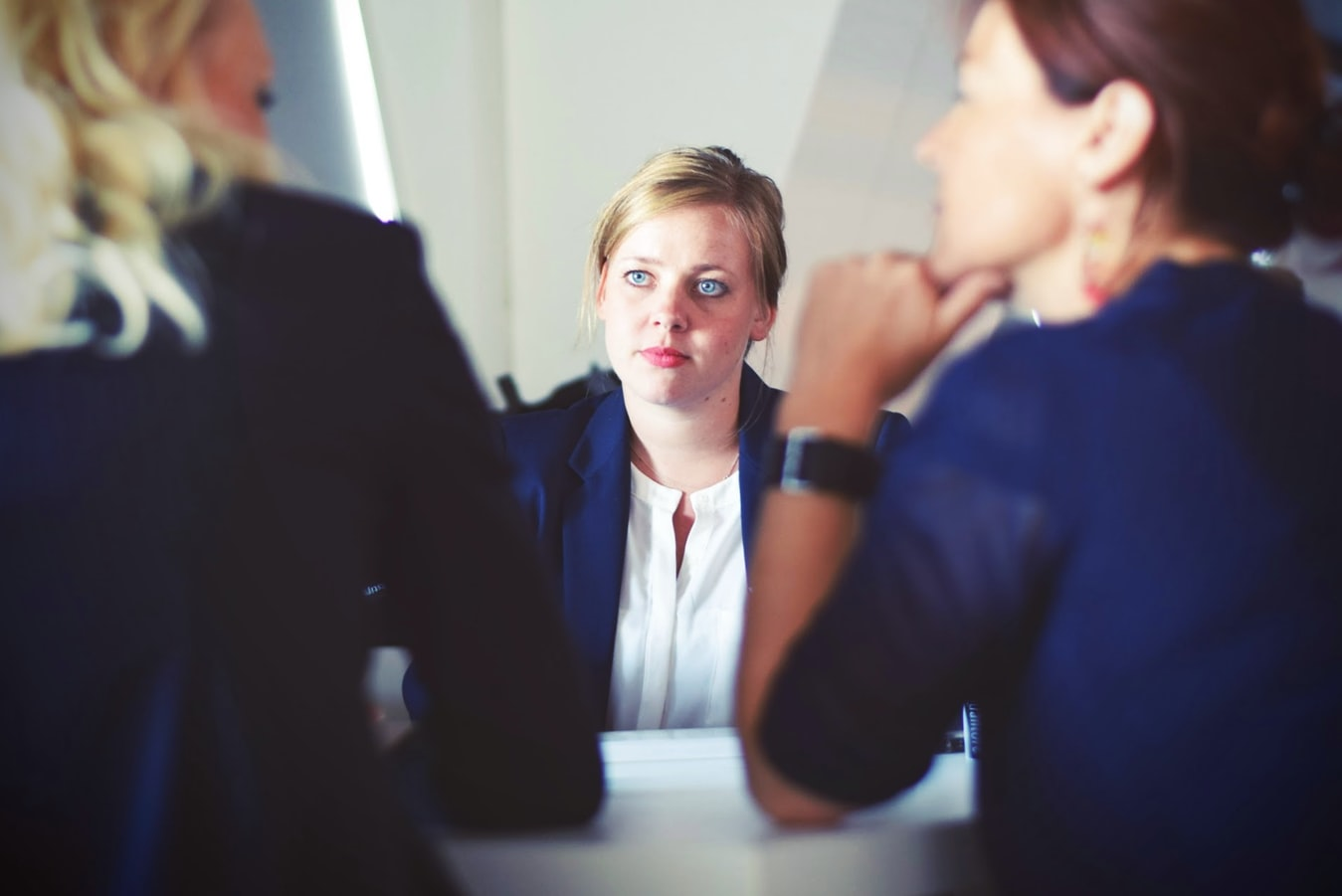 Trois femmes en réunion de travail
