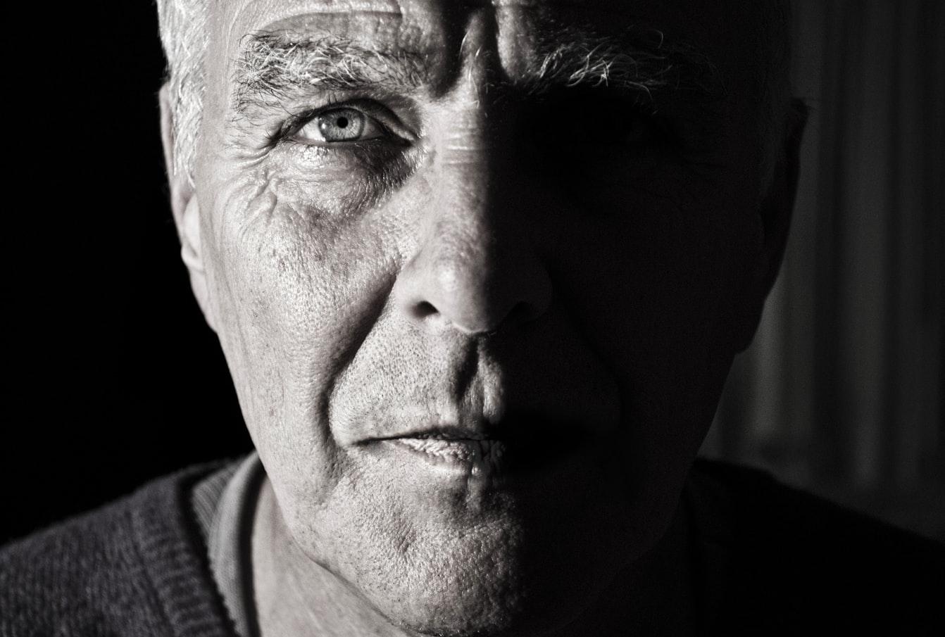 Un homme âgé souffrant de cécité