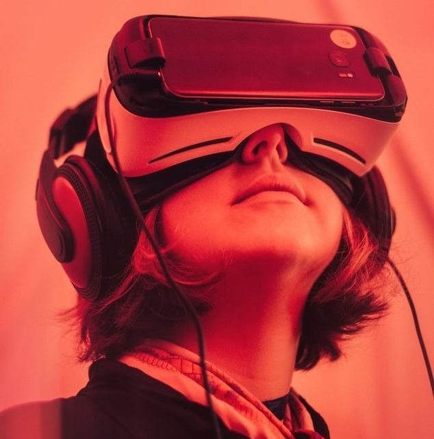 Un adolescent avec un casque de réalité virtuelle