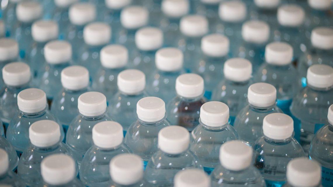 Des bouteilles de plastique dans une usine