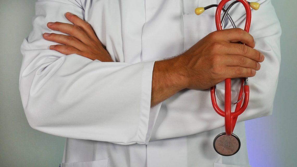 Un medecin tenant un stéthoscope
