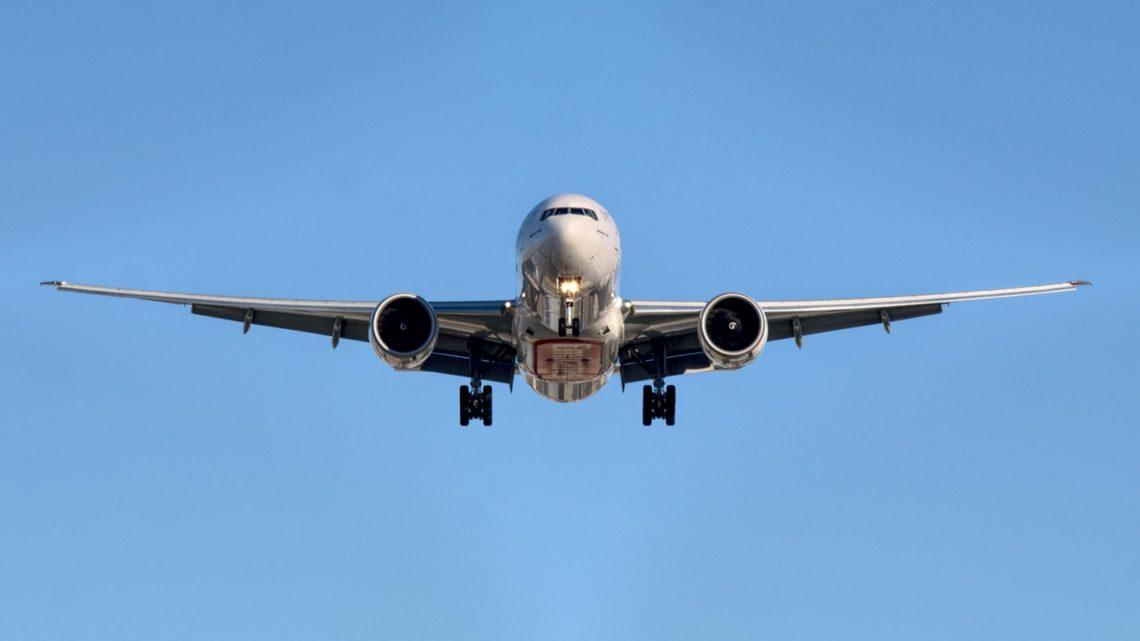 Un avion A320 d'Airbus dans le ciel.