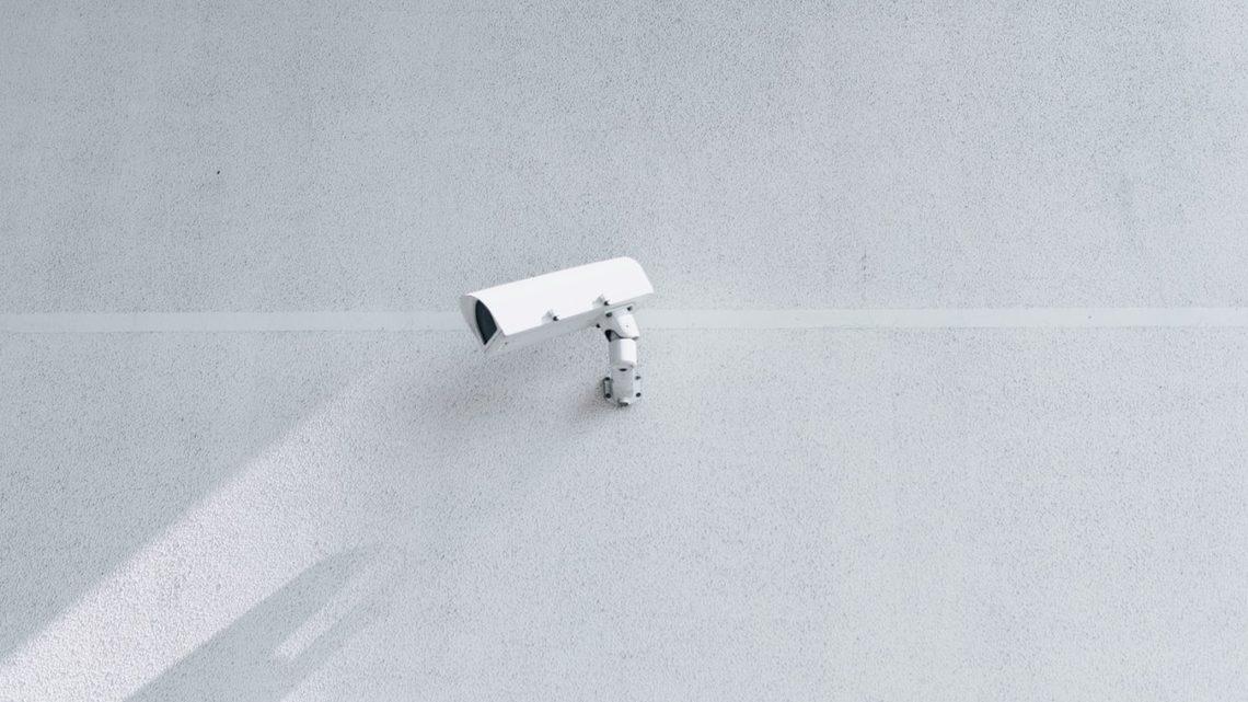 Caméra de vidéosurveillance sur le mur d'un grand bâtiment.