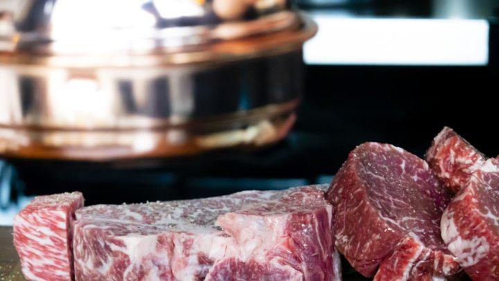 Des morceaux de viande de boeuf non cuits.