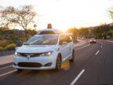 Un véhicule autonome de Waymo sur la route.