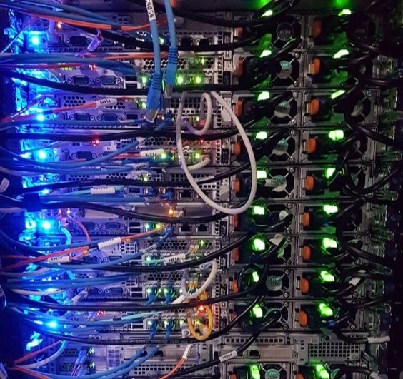 Une installtion avec des câbles électroniques.
