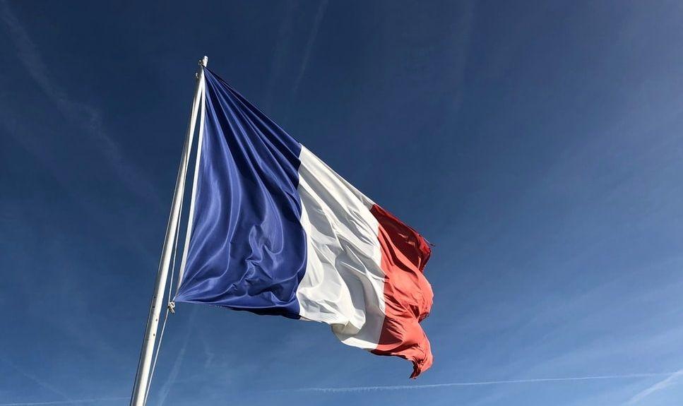Le drapeau français flottant au vent.