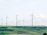 Un champ d'énergies éoliens terrestres.