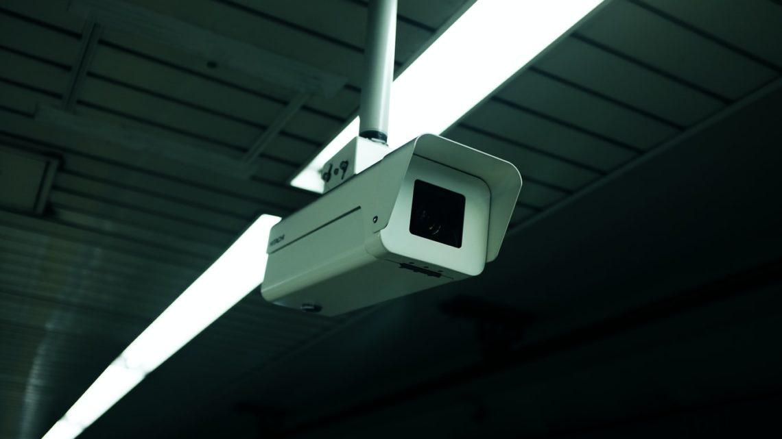 Une caméra de surveillance dans un bâtiment.