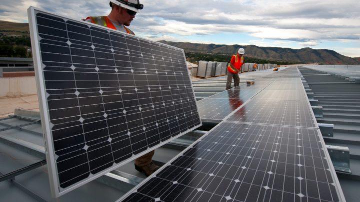 Des techniciens installant des panneaux solaires aux Etats Unis.