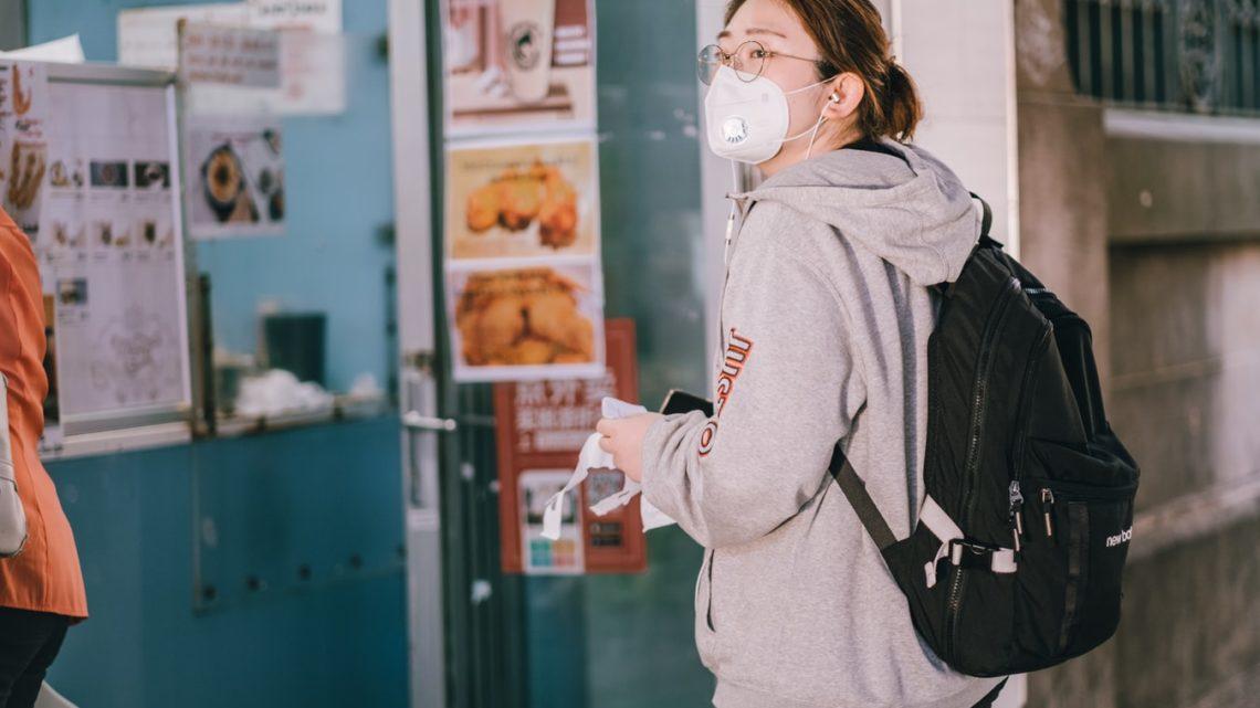 Une jeune femme ayant porté un masque dans un lieu public à Sydney, en Australie.