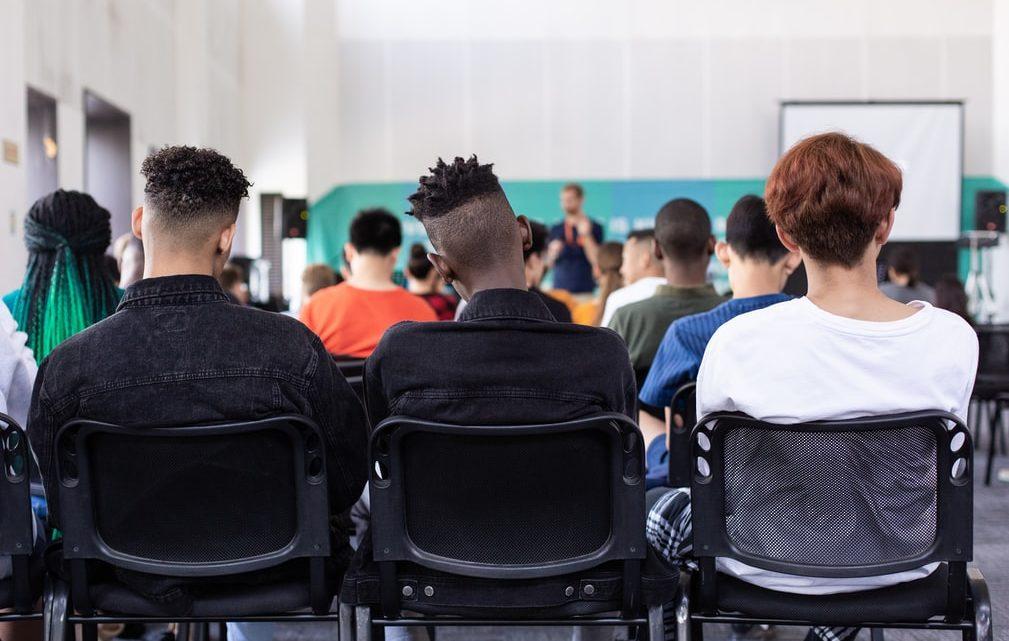 Des élèves en classe lors d'un cours.