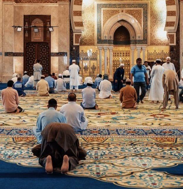 Des fidèles musulmans dans une mosquée.