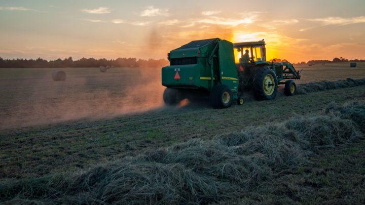 Un tracteur en activité dans un champ.