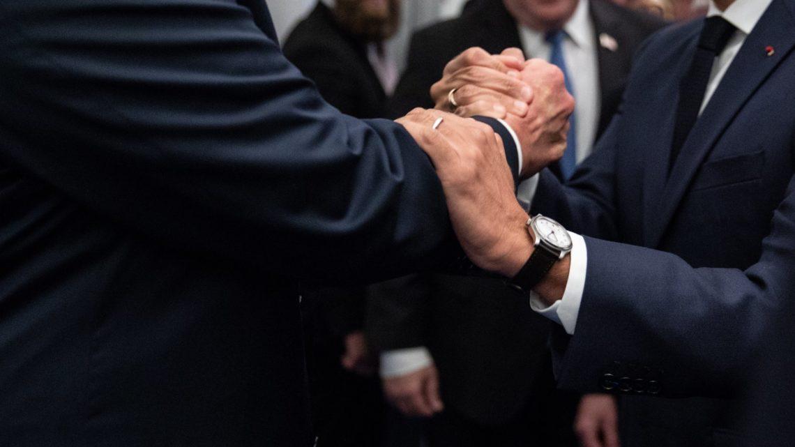 Des dirigeants européens se tenant la main lors d'une réunion de l'OTAN en juillet 2018.