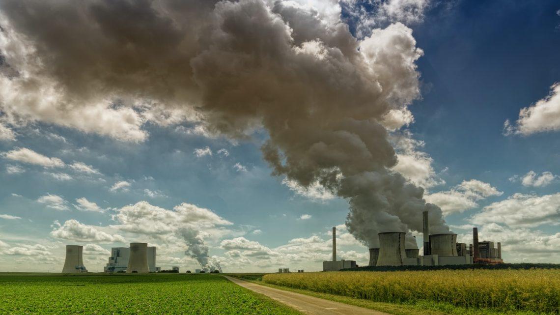 D'énormes colonnes de fumée au sommet d'une centrale.