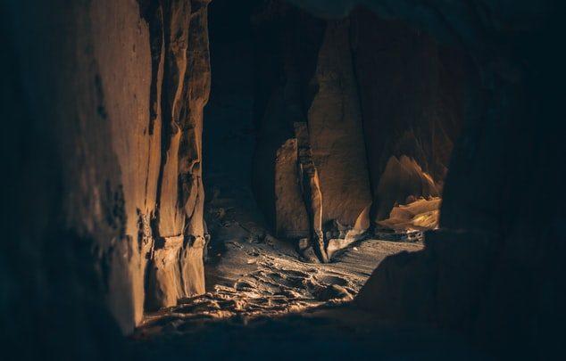 A l'intérieur d'une grotte sombre.