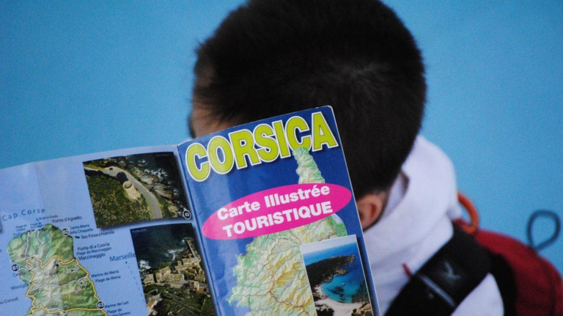 Un jeune qui lit un magazine corse.