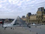La pyramide du Louvre à Paris, en France.