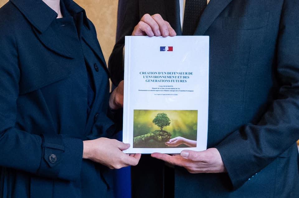 La députée LREM Cécile Muschotti remettant au premier ministre Jean Castex son rapport sur le Défenseur de l'environnement.