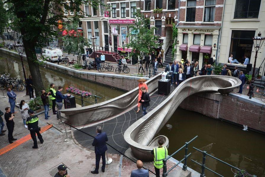 Un pont en acier inoxydable, entièrement conçu par impression 3D, a été inauguré mi-juillet dans la ville d'Amsterdam, au Pays-Bas.
