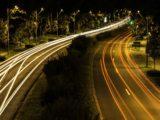 Une route illuminée la nuit par des lampadaires.