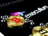 Une pièce de Bitcoin à côté d'un logo d'executium.