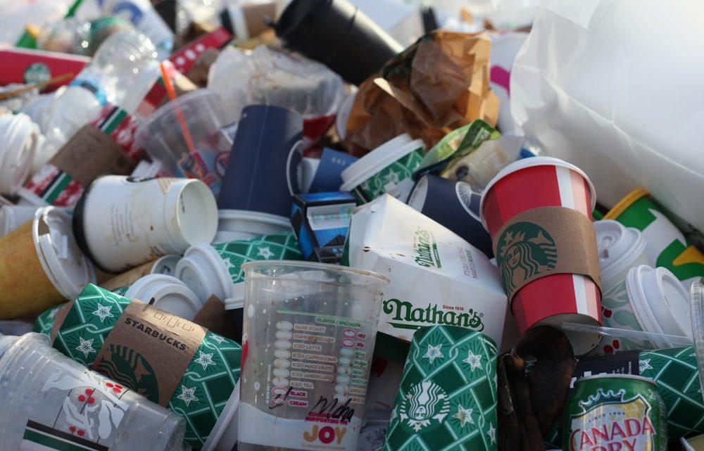 Un tas d'ordures composé de coupes de café jetable.
