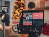 Une caméra et un moniteur dans un studio de télé.